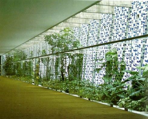 Azulejos e plantas no jardim interno da Câmara dos Deputados