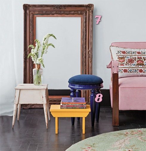 """Outra imagem dessa mesma matéria da Casa Cláudia - que fala de móveis restaurados e mostra como o amarelo é tendência no momento. Aqui, uma combinação de cores parecida com a da foto acima: o amarelo """"quebra"""" o cenário que também tem rosa, azul e branco."""