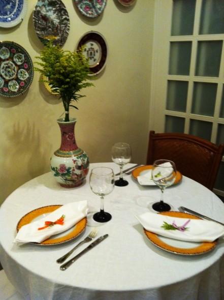 Nesta mesa, menor, onde não ficaria a comida, coloquei apenas três pratos e o vaso que quase nunca tem flores, com flores!