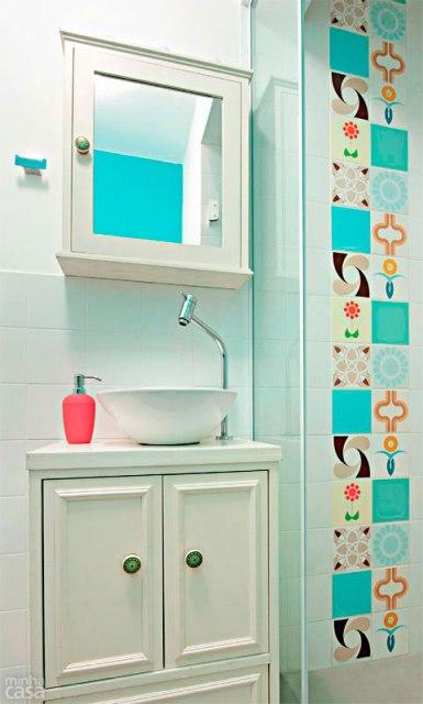 banheiro com detalhe de faixa de azulejos estampados casa.com.br