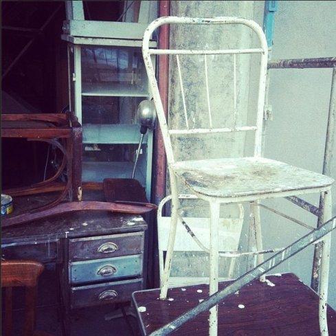 Nesta foto, uma cadeira antiga de hospital, que ainda ia ser restaurada na loja do Dico